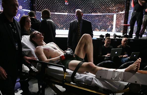Chien thang du bi gay chan, vo si bat bai duoc UFC trao thuong hinh anh 9