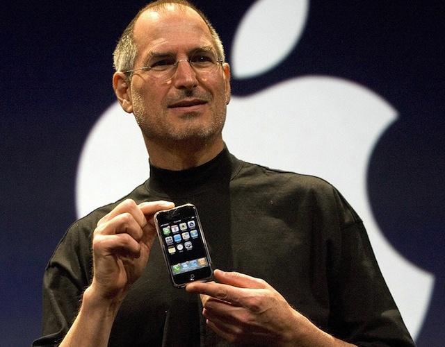 Ky su Apple lan dau ke ve su ra doi cua iPhone hinh anh 2 Steve Jobs giới thiệu iPhone vào ngày 9/1 tại San Francisco, Mỹ.