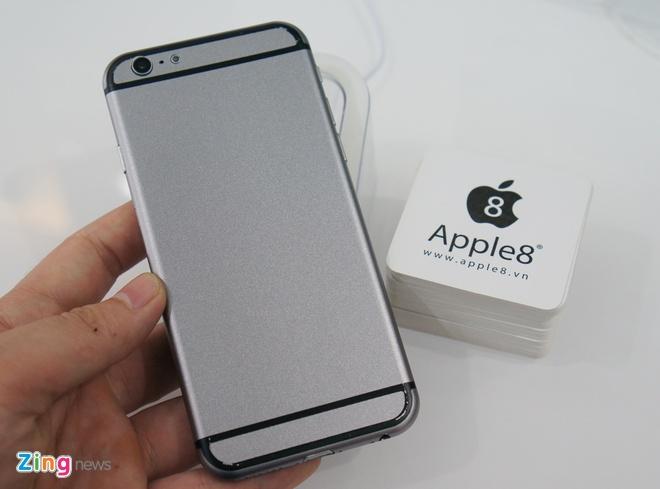 Mo hinh iPhone 6 dau tien ve Ha Noi hinh anh 3 Đây là một bản mô hình tương đối hoàn thiện, với vỏ máy làm bằng chất liệu nhôm, đầy đủ các nút bấm cũng như khe cắm. Cảm giác đầu tiên khi cầm trên tay là máy rất nhẹ và mỏng. Mẫu mô hình này có trọng lượng khá tương đồng với iPhone 5S. Nhiều khả năng iPhone 6 khi ra mắt vẫn sẽ giữ nguyên cân nặng này.
