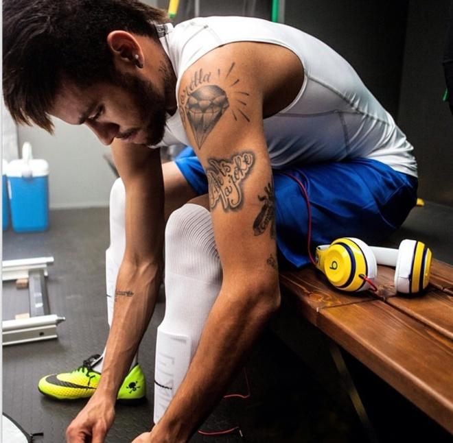 Sao bong da ngang nhien dung tai nghe bi cam tai World Cup hinh anh 1 Neymar dùng một chiếc tai nghe Beats màu vàng tại World Cup lần này.