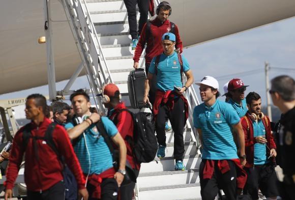 Sao bong da ngang nhien dung tai nghe bi cam tai World Cup hinh anh 2 Tuyển thủ Bồ Đào Nha dùng tai nghe của Beats khi xuống sân bay tham dự World Cup. Ảnh: Reuters.
