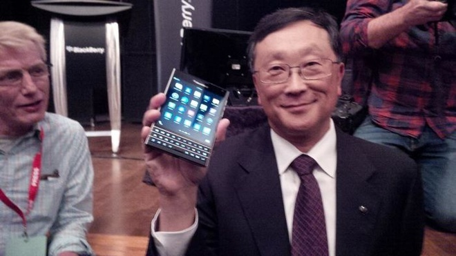 CEO BlackBerry khoe chiec Passport hinh anh