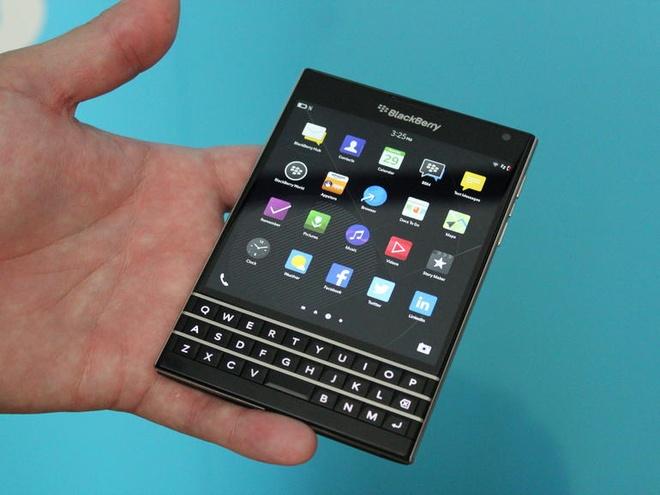 Anh thuc te BlackBerry Passport kieu dang la hinh anh