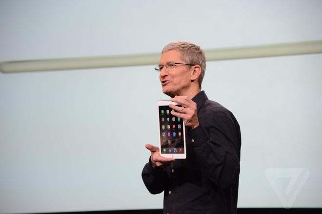 iPad Air 2 - may tinh bang mong nhat the gioi ra mat hinh anh 1 CEO Tim Cook giới thiệu chiếc iPad Air 2 với phiên bản màu vàng.