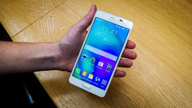 Anh thuc te 2 smartphone kim loai sieu mong Galaxy A3, A5 hinh anh 2