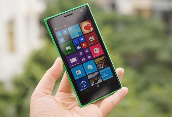 10 smartphone chup anh tu suong tot nhat Viet Nam hinh anh 5 4. Nokia Lumia 730 (5 megapixel)  Microsoft đã thích ứng rất nhanh với trào lưu ra smartphone chuyên chụp ảnh tự sướng. Là một model tầm trung bình thấp nhưng Lumia 730 lại sở hữu camera trước thuộc diện tốt nhất trên thị trường với ống kính góc rộng. Chiếc điện thoại Windows Phone này còn được đánh giá cao nhờ cấu hình ổn và thiết kế bắt mắt so với các sản phẩm cùng tầm giá của nó.  Giá tham khảo: 4,99 triệu đồng