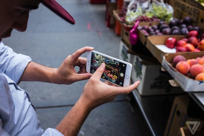 iPhone giúp loại bỏ những thao tác thừa, giúp chụp hình nhanh nhưng chất lượng ảnh vẫn đủ tốt cho mọi nhu cầu thông thường. Ảnh: The Verge.