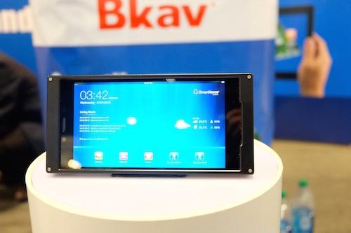 Bkav: 'Dien thoai Samsung chat luong phan cung binh thuong' hinh anh 1 Điện thoại của Bkav bất ngờ xuất hiện tại triển lãm CES 2015. Ảnh: VnReview.
