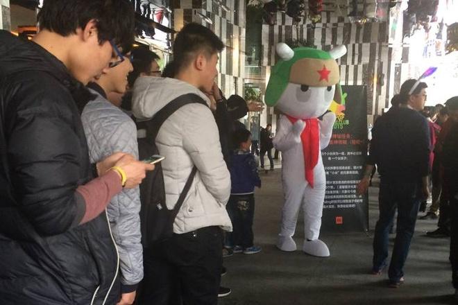 Bi mat phia sau thanh cong cua 'Apple Trung Quoc' Xiaomi hinh anh 1 Người hâm mộ tham dự một bữa tiệc của Xiaomi tại Trung Quốc