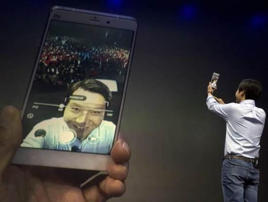 Bi mat phia sau thanh cong cua 'Apple Trung Quoc' Xiaomi hinh anh 2 CEO Lei Jun chụp ảnh tự sướng cùng fan trong sự kiện ra mắt sản phẩm tháng 1/2015 tại Trung Quốc