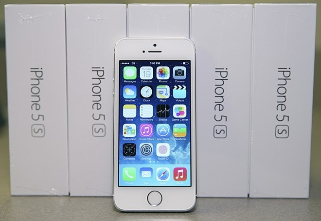 iPhone 5S chinh hang giam gia truoc suc ep tu may xach tay hinh anh