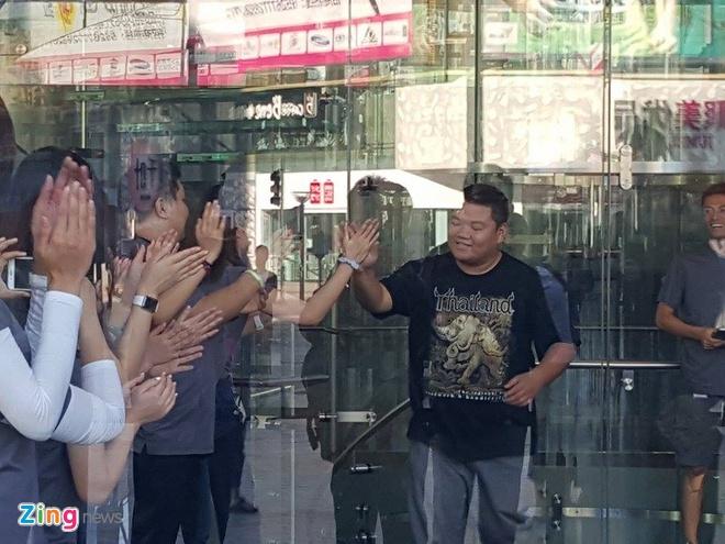 Chay ra san bay ve Viet Nam sau khi mua iPhone 6S hinh anh 12
