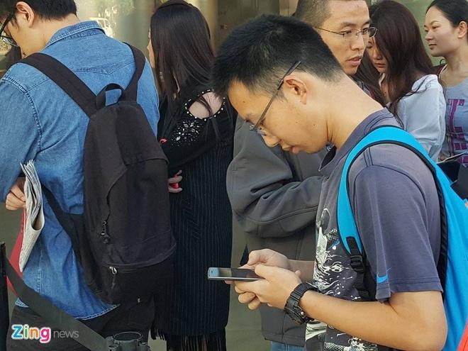 Chay ra san bay ve Viet Nam sau khi mua iPhone 6S hinh anh 14