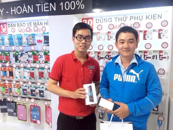 Bkav: Nhan vien di mua Bphone de kiem tra quy trinh hinh anh 1 Các bên xác nhận người mua máy Bphone (áo xanh, bên phải) tại cửa hàng CellphoneS chiều 10/11 là nhân viên Bkav. Ảnh: CellphoneS.
