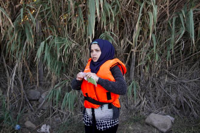 Nhung chiec dien thoai quy nhu vang cua nguoi ti nan Syria hinh anh 1 Một người tị nạn Syria mở