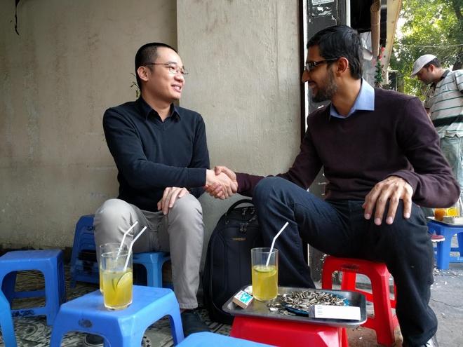 CEO Google ngoi tra chanh via he voi Nguyen Ha Dong hinh anh 1 Buổi gặp gỡ tại quán trà chanh của CEO Google và lập trình viên Nguyễn Hà Đông. Ảnh: Q.A