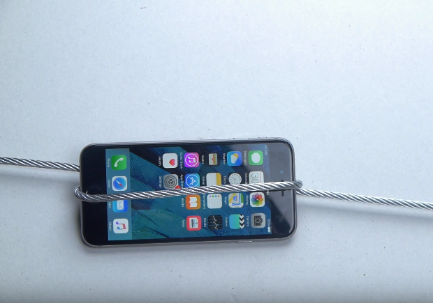 iPhone 6S bi nghien nat duoi ap luc gan 1.600 kg hinh anh