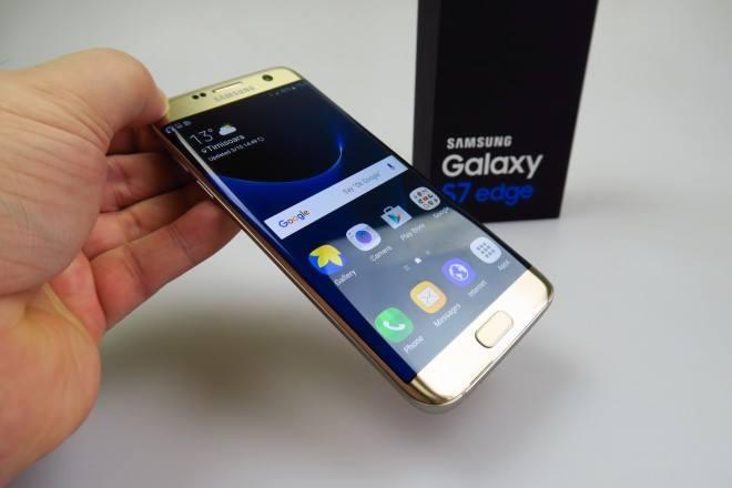 Xep hang cho mua Galaxy S7 de ban lai hinh anh