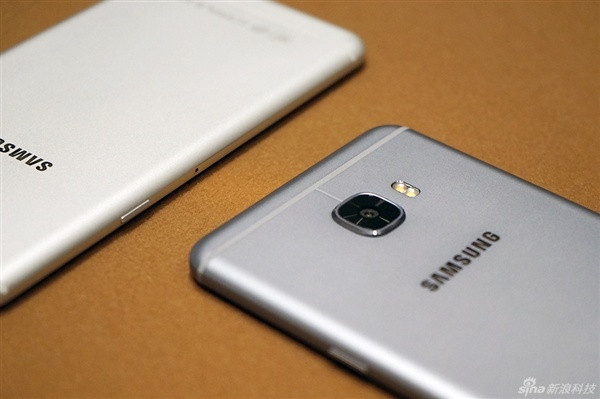 Anh thuc te 2 smartphone sieu mau Galaxy C5, C7 hinh anh 11