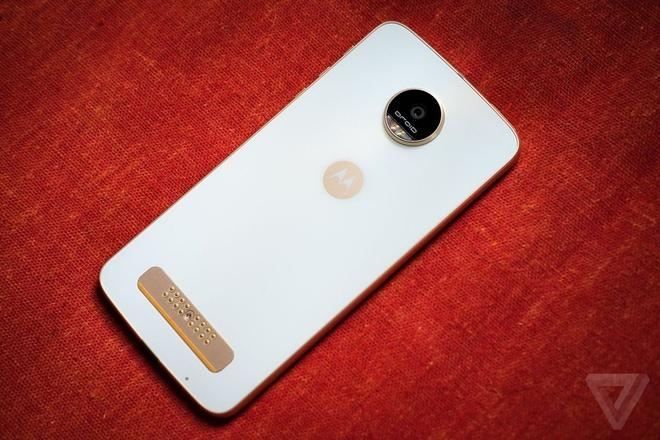 Lenovo ra mat Moto Z Play voi pin 2 ngay, gia 400 USD hinh anh