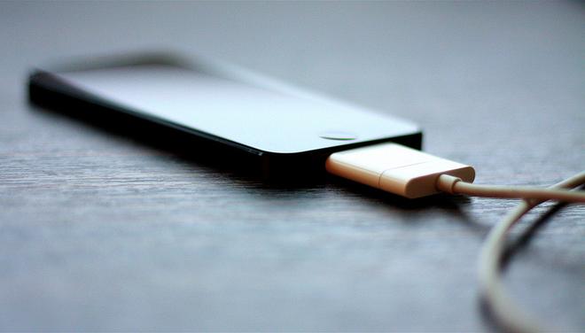 Vi sao smartphone de phat no? hinh anh