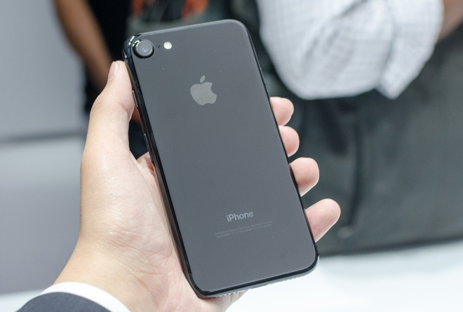 iPhone 7 Jet Black co the som chay hang, doi gia khi ve VN hinh anh