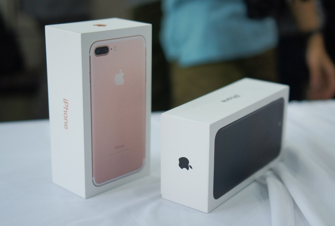 Chua co chiec iPhone 7 Jet Black thuong mai nao ve Viet Nam hinh anh