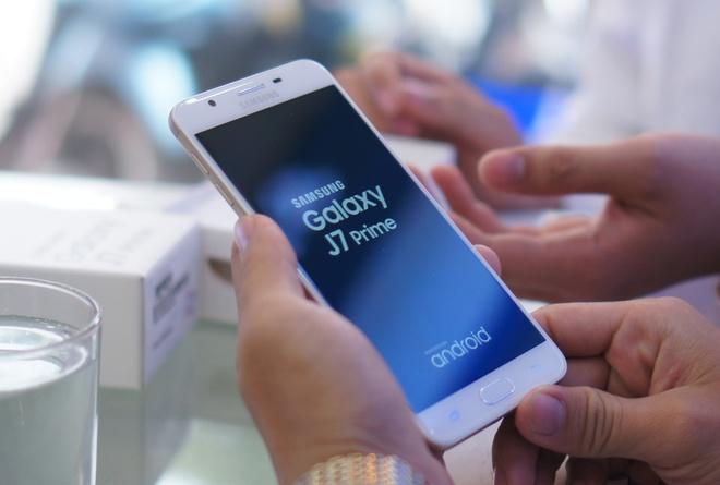 Galaxy J7 Prime len ke ram ro, gia 6,3 trieu dong hinh anh