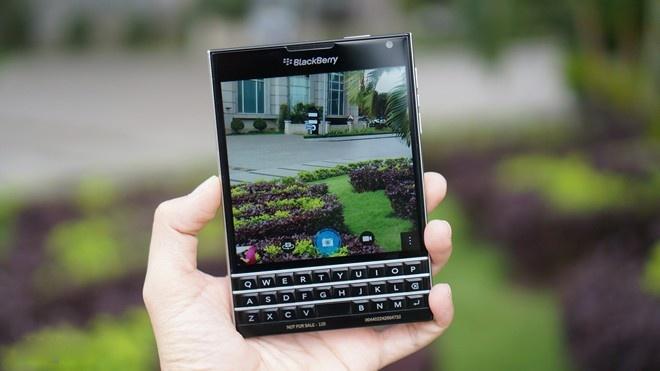 Cua hang do xo di ban BlackBerry Passport dai ha gia hinh anh
