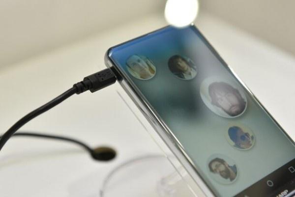 Smartphone man hinh cong, khong ban le tu Sharp hinh anh 2