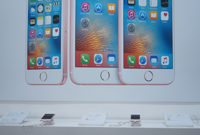iPhone hang luot o Viet Nam e am vi su co khoa SIM hinh anh 1