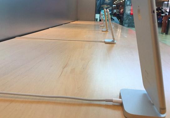 Apple loai bo cap bao ve iPhone, iPad trung bay hinh anh 1