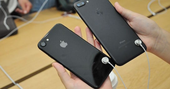 Apple loai bo cap bao ve iPhone, iPad trung bay hinh anh 2