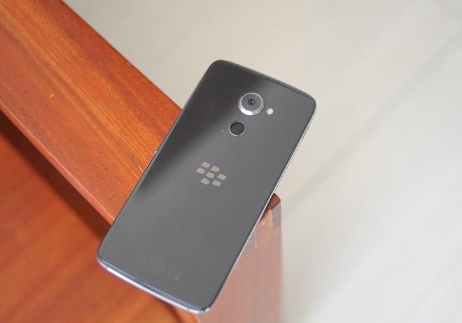 BlackBerry DTEK60 gia 14 trieu, len ke vai ngay toi hinh anh