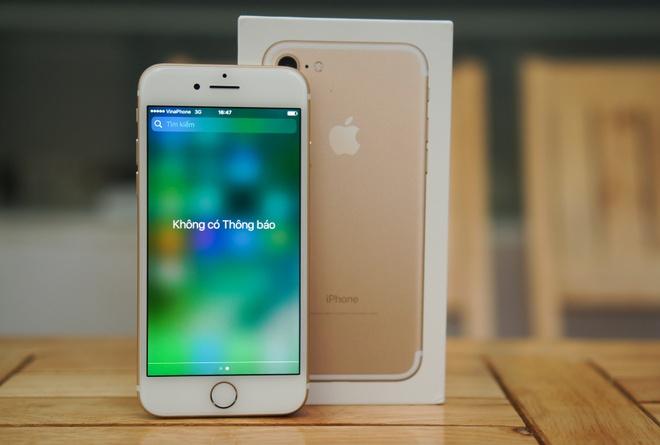 Xuong muc 13 trieu, iPhone 7 khoa mang bat dau hut khach hinh anh 1