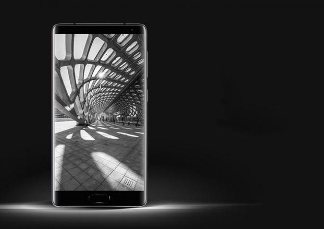 Doi thu cua Galaxy S8 voi man hinh cong, gia 330 USD hinh anh