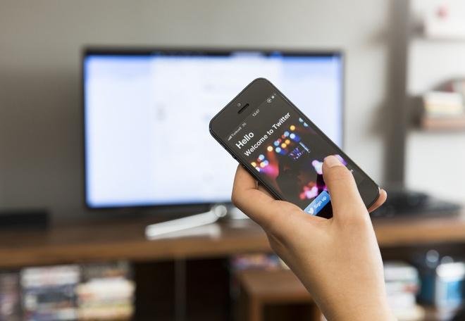 TV, smartphone dang tro thanh tai mat cua nha quang cao hinh anh