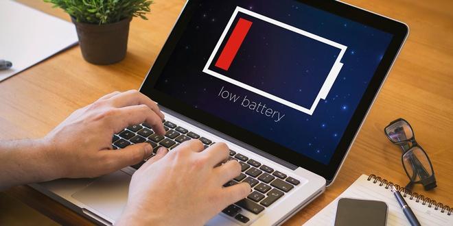Cac hang laptop noi doi trang tron ve thoi luong pin the nao? hinh anh