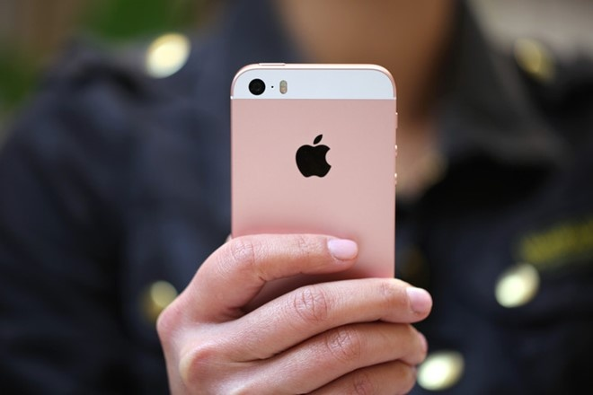 iPhone SE ve gia 4 trieu, bat dau thu hut nguoi dung hinh anh