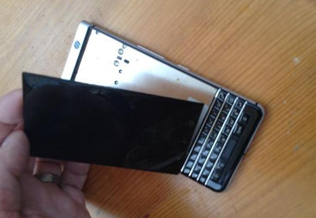 Nghi van man hinh cua BlackBerry KeyOne de bi bung nap hinh anh
