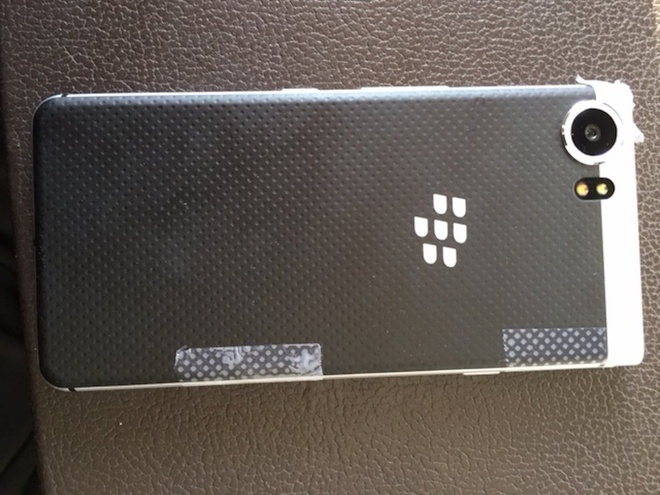 Nghi van man hinh cua BlackBerry KeyOne de bi bung nap hinh anh 2