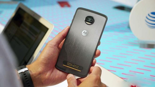 Moto Z2 Force ra mat doi dau Galaxy S8, OnePlus 5 hinh anh
