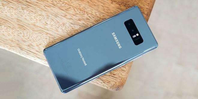 Smartphone 1.000 USD: Cang dat, nguoi mua cang hao hung hinh anh