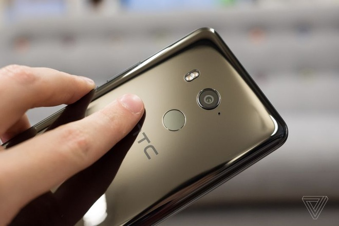 HTC U11+ ra mat, co ban nap lung trong suot hinh anh 3