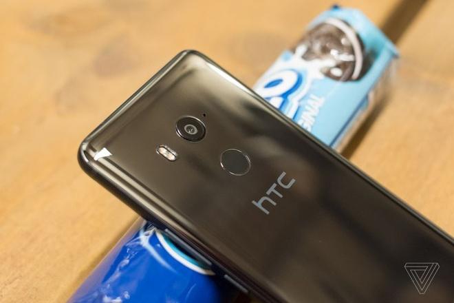 HTC U11+ ra mat, co ban nap lung trong suot hinh anh 4