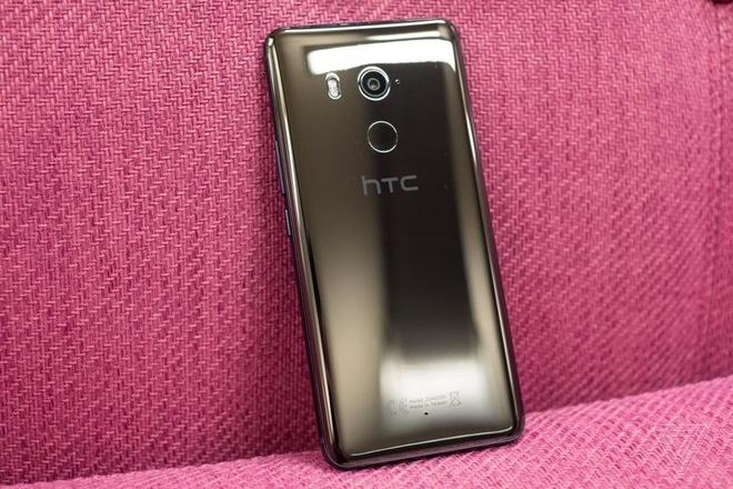 HTC U11+ ra mat, co ban nap lung trong suot hinh anh 6