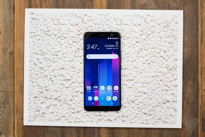 HTC U11+ ra mat, co ban nap lung trong suot hinh anh
