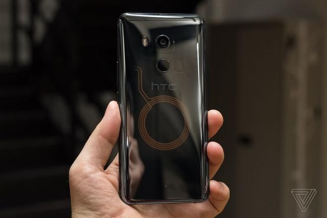 HTC U11+ ra mat, co ban nap lung trong suot hinh anh 9