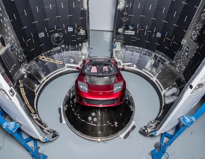 Elon Musk khoe anh chiec Tesla Roadster se dua len sao Hoa hinh anh