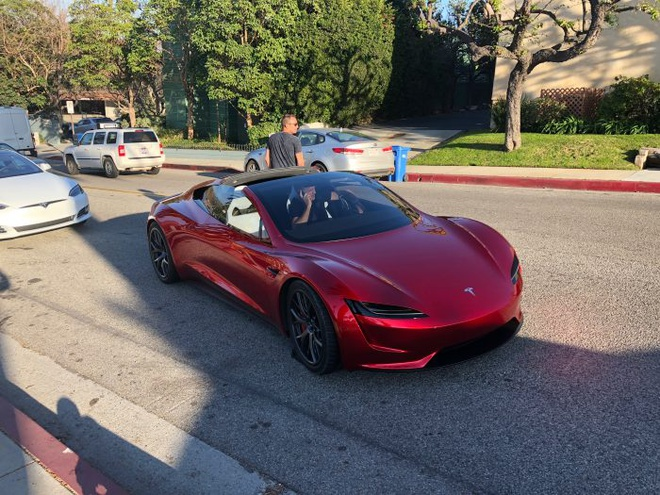 Tesla Roadster chet may trong lan ra duong chay thu dau tien hinh anh